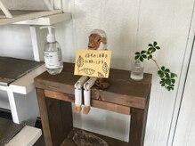 マジックミラー美容室の雰囲気(階段下で指手の消毒をお願いします)