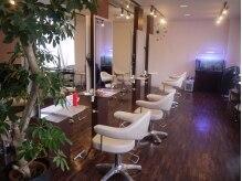 ジグザグ ヘアースタジオ(ZIGZAG hair studio)の雰囲気(ナチュラルテイストの店内でキレイになるまでの間リラックス♪)