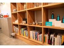 【1F】奥の物販スペース/アクセサリー/BOOK/雑貨/サロン商品/化粧品