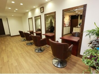ヘアサロン ニナ(hair salon nyna)の写真/ウッディなインテリアと他のお客様を気にしない落ち着いた空間でホッと落ち着けるひと時を・・・♪