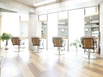 フロー(Froh)の写真/[渋谷駅5分]日の光さす店内で癒しのひとときを。4席のみのゆったり個室空間で、憧れの美しい髪が実現☆