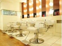 美容室 セレスの雰囲気(木材と白を基調とした店内は、落ち着きを与えてくれます。)