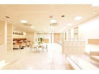 ノア(NOA)の写真/【ビューティーメニュー専用個室あり】広くて開放的な店内で贅沢な時間を。日常を忘れておくつろぎ下さい。