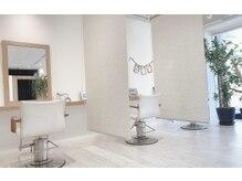 美容室クッ シュの雰囲気(コロナ対策のロールカーテンでくつろぎの空間を)