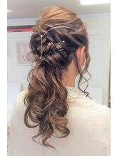 アロー ヘア(Arrow Hair)カールや動きの綺麗なハーフアップ