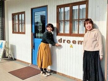 ドローム(droem)の写真/全員女性!!お店の目印の「青いドア」の向こう側で、笑顔が素敵なスタッフさんが温かく出迎えてくれます♪