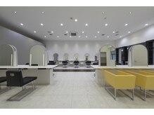 クレア 座間(CREA ZAMA)の雰囲気( 店内は白を基調としたゆったりした空間になっております)