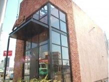 エムスタイル(M-STYLE)の雰囲気(南国バイパス沿いの細長いレンガ造りの建物です)