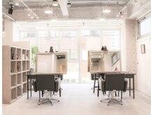バンクスヘアー(BANK'S HAIR)の雰囲気(白を基調にしたアトリエ風の落ち着いた雰囲気の店内です。)