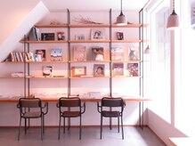 バーグ(Burgh)の雰囲気(待合スペースではアート系の写真集を中心に読むことが出来ます。)