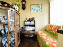 美容室 ズーム(ZOOM)の雰囲気(雑貨屋小物が並んだ待合スペース♪)