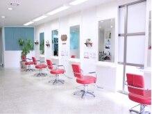 美容室 フリゼ(frise)の雰囲気(白と赤で統一された店内☆自然の光が差し込み解放感たっぷり♪)