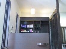 エターナル ヘア デザイン(eternal HAIR DESIGN)の雰囲気(柔らかい光が照らす受付になります。)