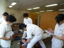 静岡療術整体院/スタッフ間での技術練習1