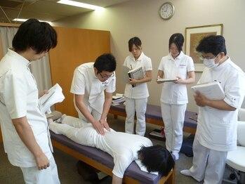 静岡療術整体院/スタッフ間での技術練習2