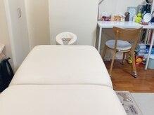 整体院ボディケア 手尽(TETSU)の雰囲気(幅広いベッドでゆったり施術が受けられます。)
