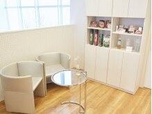 待合スペース!白を基調とした清潔感漂う空間!