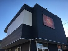 黒っぽい建物が目印!向かって右側の扉から入って2Fがお店です♪