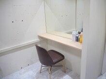 施術後はこちらのスペースにて髪のセットも可能◎個室にて施術♪