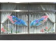 フェスティマリー シフォン(Festimarry C'fon)の雰囲気(サロン目印の大きな天使の羽。前に立って天使になろう☆)