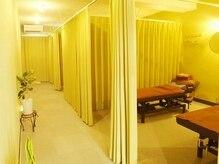 カーテンで仕切られた広々個室