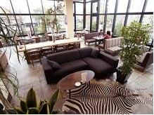 ボンファム(Bonne Femme)の雰囲気(併設のカフェ♪緑に囲まれたお洒落な空間が広がっています)