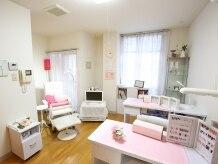 白×ピンクを基調としたカワイイ店内