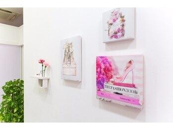 ビューティーサロン シンデレラ 心斎橋本店(Cinderella)/白を基調とした清潔感のある内装