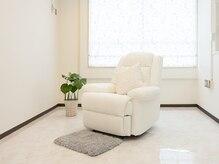 フット専用ソファー☆白が基調の清潔感ある店内です♪