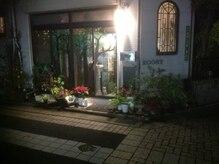 トータルバランスボディケア ルースト(Roost)の雰囲気(可愛い窓と 入口の 木のイラストが 目印!!)