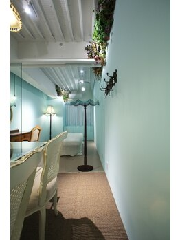 リジュベネーション専門サロン 桜梅桃李 神戸三宮店/水色の置き型シェードは
