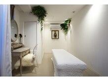 リジュベネーション専門サロン 桜梅桃李 神戸三宮店/白とグリーンでまとめたお部屋
