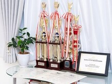 全日本選手権で取得した、数々のトロフィーや試験官認定証など