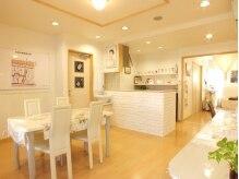 フェイシャルエステアンド痩身専門店 ブルースター 松山の雰囲気(白を基調とした待合室は小物一つひとつにこだわりがありカワイイ)