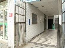 エレベーターはコンビニ右側の通路の左奥にございます。