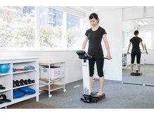 パーソナルトレーニングスタジオ サードプレイスの雰囲気(精密体組成計でトレーニング前に自分の体を知ることができます◎)