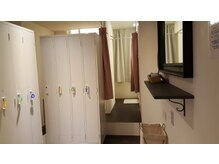 リラコラO2の雰囲気(白を基調としたコラーゲンルームのシャワー完備k更衣室です。)