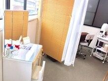 ミニョンアイラッシュデザインサロン 枚方駅前店の雰囲気(爽やかな白をベースにした清潔な空間★施術は半個室でどうぞ♪)