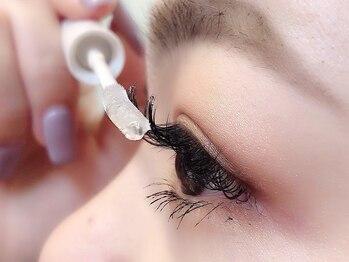 アイリス(Eye Ris)の写真/コーティング剤×装着前のアイシャンプーで持ちUP!施術中は目元パックでエイジングケアも♪仕上り満足度◎