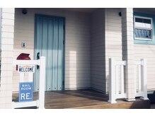 外観はこちらです♪水色の玄関ドアと窓枠が目印★