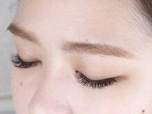 目の形、毛の流れに合わせて丁寧に施術。