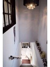 階段の天井にはシャンデリアが♪