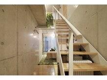 アロマアンドボディデザインサロン アースカラー 自由が丘(EARTH COLOR)/地下1F→1Fへの階段