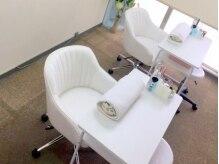 白が基調の爽やかなテーブル&チェア。