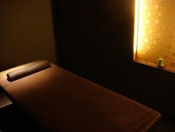 健幸サロン 大足 津高店の写真/間接照明が心地よく包み込まれるような落ち着いた雰囲気♪心も身体もリラックスして自分だけの癒し空間を☆