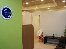 カイロプラクティック ひとときの雰囲気(ライトグリーンの壁面が印象的な1F受付。)
