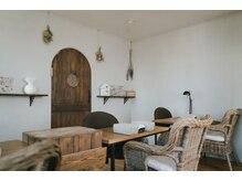 ジャミン(nailsalon&academy jammin)の雰囲気(木のぬくもり感じるカフェのようなお洒落な雰囲気。)