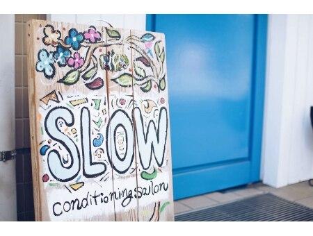 コンディショニングサロン スロウ 柏店(conditioning salon SLOW)の雰囲気(青いトビラと、この看板が目印です♪)