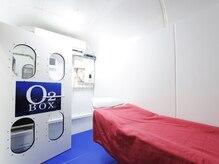 広々とした酸素BOX内でネイルやまつエクの施術が可能◎