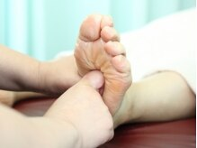 足裏の反射区をぐーっと刺激致します。